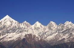 Пики Panchachuli с глубокой голубой предпосылкой Стоковые Фото