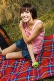 пикник девушки симпатичный Стоковая Фотография