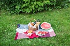 Пикник лета с французским хлебом, вином и арбузом Стоковые Изображения