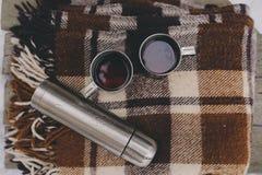 Пикник зимы на снеге Горячее сердце чая, thermos и снежного кома на уютном греет одеяло Стоковое фото RF