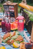 Пикник конца-вверх в природе Сэндвичи, торт, thermos, напитки и виноградины стоковые фото