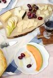 Пикник лета с сыром, вином, плодоовощами и хлебом Стоковые Фотографии RF