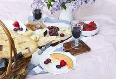 Пикник лета с сыром, вином, плодоовощами и хлебом Стоковое фото RF