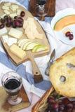 Пикник лета с сыром, вином, плодоовощами и хлебом Стоковые Изображения RF