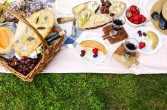 Пикник лета с сыром, вином, плодоовощами и хлебом Стоковая Фотография RF