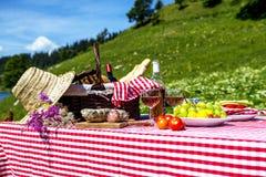 Пикник на траве Стоковое Изображение