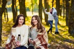 пикник парка outdoors большой семьи осени счастливый Стоковая Фотография