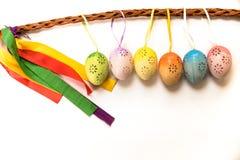 Пикник пасхи eggs украшение на украшении пасхальных яя праздника пасхи традиционном покрашенном на белой предпосылке стоковые фото