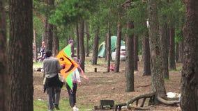 Пикник семьи в лесе 4K сток-видео