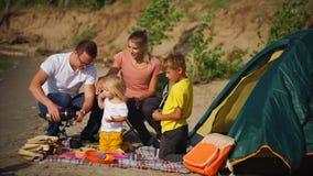 Пикник семьи в сельской местности сток-видео
