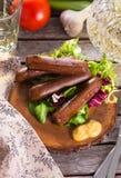 Пикник с зажженными сосисками Стоковые Изображения