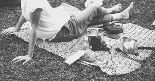 Пикник усаживания взрослой женщины в парке Стоковое Фото