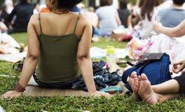 Пикник усаживания взрослой женщины в парке Стоковое Изображение