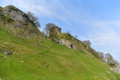 Пиковый район Великобритания, старый исторический замок Peveril, подъем стоковое изображение