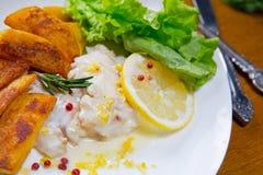 Пикши испеченные лимоном с зажаренными картошками Sause лимона, Стоковые Фотографии RF