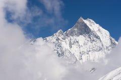 Пик горного пика Machapuchre, святых и иконических bas Annapurna Стоковые Изображения