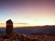 Пик горы, скалы гравия Apine Красочный горизонт рассвета Стоковое фото RF