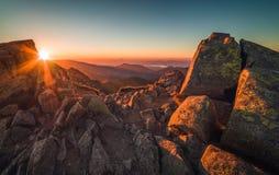 пик горы утесистый Ландшафт горы на заходе солнца Стоковое Изображение
