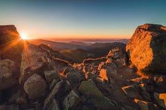 пик горы утесистый Ландшафт горы на заходе солнца Стоковое Фото