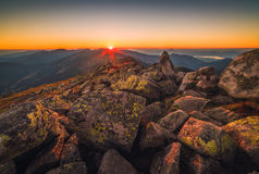 пик горы утесистый Ландшафт горы на заходе солнца Стоковые Фотографии RF