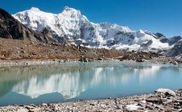 Пик и Chumbu Hungchhi выступают над ледником Ngozumba Стоковое Изображение