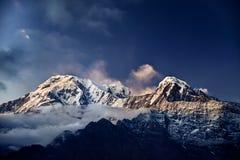 Пик снега Гималаев на заходе солнца Стоковые Фотографии RF