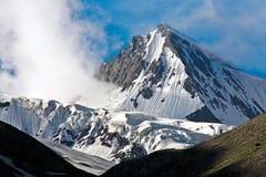 Пик снега около Drass на пути к пропуску ZojiLa, Kargil-Ladakh, Джамму и Кашмир, Индии Стоковые Фото