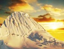 Пик Alpamayo на заходе солнца Стоковая Фотография