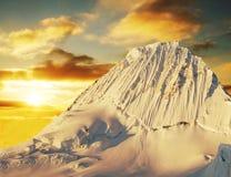 Пик Alpamayo на заходе солнца Стоковые Фото