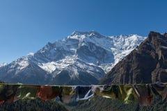 Пик Annapurna II (2) и непальские флаги Стоковое Фото
