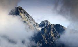 Пик Lomnicky и гребень Lomnicky в облаках высоком Tatra Словакии Стоковая Фотография