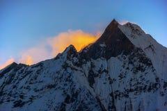 Пик Machapuchare на восходе солнца от базового лагеря Annapurna, Непала Стоковое фото RF