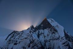 Пик Machapuchare на восходе солнца от базового лагеря Annapurna, Непала Стоковые Изображения