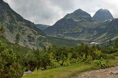 Пик Maliovitza и остальн-house Maliovitza в горе Rila Стоковая Фотография