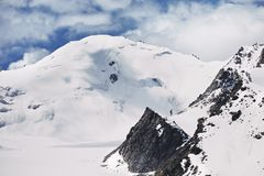 Пик Snowy в горах стоковое фото rf