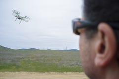 Пилотный трутень летания пасмурный день на сельской местности стоковые фото