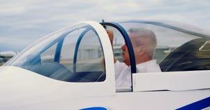 Пилот готовый для того чтобы начать воздушные судн 4k