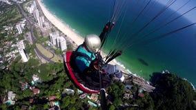 Пилот параплана, физическое с ограниченными возможностями, летая в их собственный параглайдинг видеоматериал