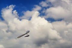 Пилот планера вида витает в термальных updrafts под облаками Стоковое Изображение
