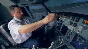 Пилот подготавливает имитацию воздушных судн для полета акции видеоматериалы