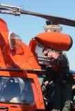Пилот службы береговой охраны США подготовляет для полета Стоковые Фото