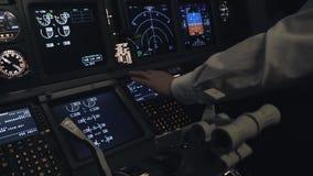 Пилот устанавливает курс внутри арены самолета сток-видео