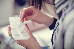Пилюлька находясь в руках славной больной женщины Стоковое Фото