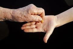 пилюлька руки бабушки внучат Стоковая Фотография RF