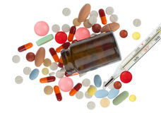 пилюльки бутылки коричневые фармацевтические разлили Стоковая Фотография RF