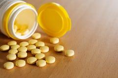 Пилюльки витамина на деревянном столе Стоковое Фото