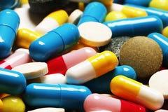 пилюльки как предпосылка Витамины и антибиотики стоковое фото