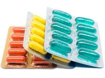 Пилюльки капсул желатина желтого зеленого цвета и апельсина в пакете волдыря Стоковое Изображение