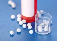 пилюльки контейнеров гомеопатические пластичные Стоковое Фото