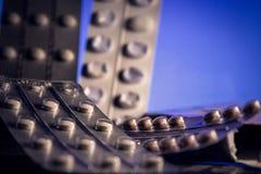 Пилюльки на голубой предпосылке стоковое изображение